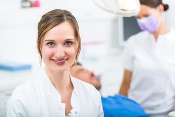 Erfahrene Zahnärztin in ihrer Praxis