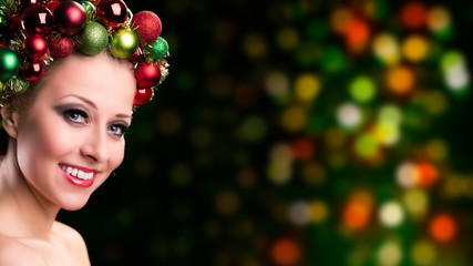 attraktive blonde Frau mit weihnachtlichem Kopfschmuck