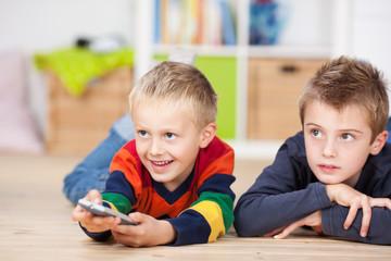 zwei jungen schauen fernsehen