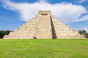 El Castillo (Kukulkan Temple) in Chichen Itza, México