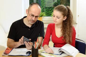 Nachhilfe-Lehrer hilft Schülerin bei Mathe