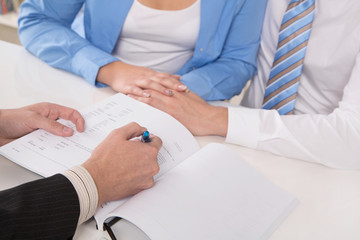Junges Paar beim Steuerberater oder beim Anwalt - Ehevertrag