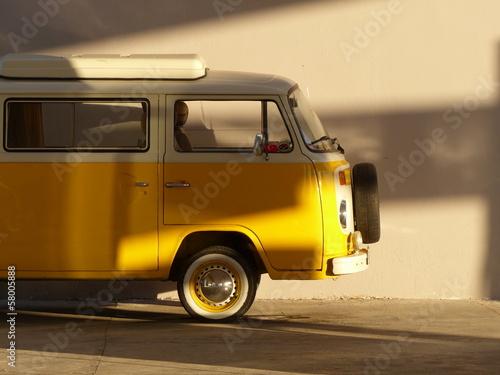 altes gelbes wohnmobil der siebziger jahre im. Black Bedroom Furniture Sets. Home Design Ideas