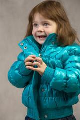 Маленькая девочка на сером фоне