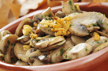 cooked mushrooms with garlic and parsley