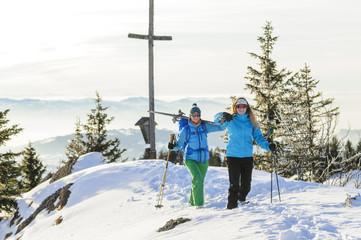 Skifahrerinnen am Gipfel