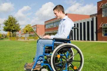 Rollstuhlfahrer mit Notebook