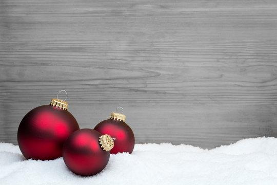 rote Weihnachtskugeln vor Hintergrund