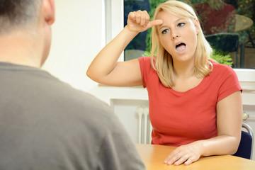Gehörlose kommuniziert in Gebärdensprache