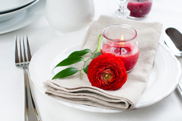 table setting with red buttercup flowers