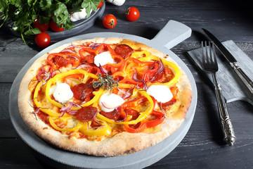deliziosa pizza con peperoni e salame sfondo grigio