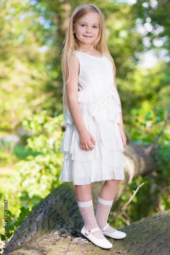 Фото маленькой девочки в белом платье