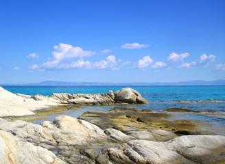 Steinküste mit klarem blaues Wasser - Griechenland Sithonia