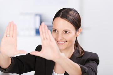 geschäftsfrau bildet rahmen mit den händen