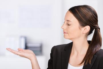 geschäftsfrau hält etwas in der hand