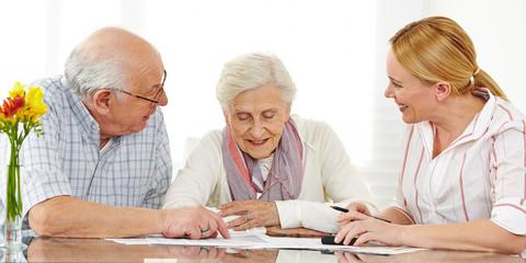 Senioren bei Finanzberatung lesen Vertrag