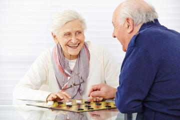 Wall Mural - Seniorenpaar spielt Dame im Seniorenheim