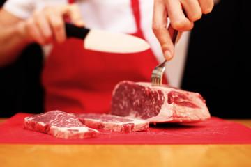 rohes Fleisch wird zubereitet