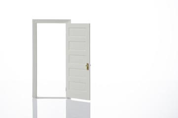 開いた扉のミニチュア模型
