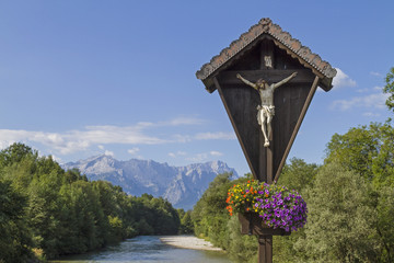 Fototapete - Holzkreuz mit Wettersteingebirge