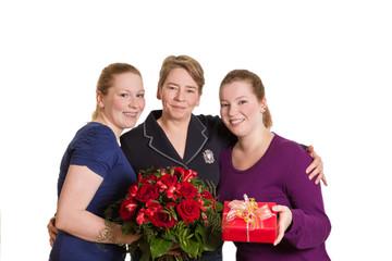 Drei Frauen mit Blumenstrauss und Geschenk