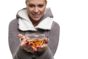 Frau bietet Tasse Tee an