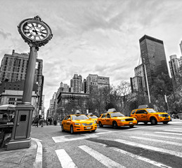 Zelfklevend Fotobehang New York TAXI 5th Avenue, New York City.