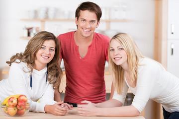 drei junge leute in der küche