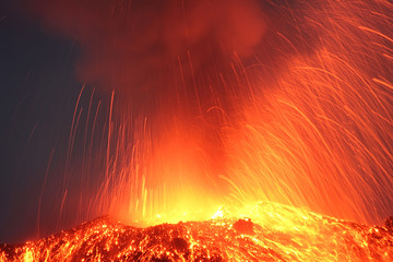 Photo sur Plexiglas Volcan Strong night eruption close view to the volcano