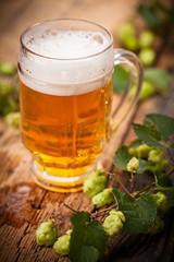 Bier mit Hopfen