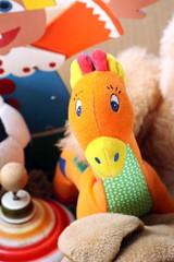 Kuscheltiergiraffe inmitten Sammlung Kuscheltiere