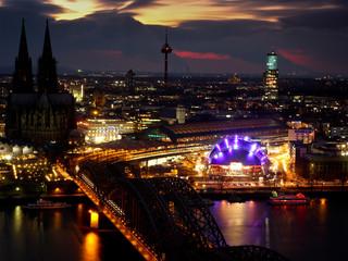 Oper und Kölner Dom bei Nacht