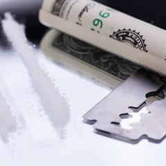 drogen mit geldschein und rasierklinge auf spiegel kokain