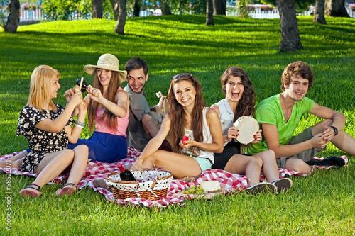 Развлечение молодых на природе  364070