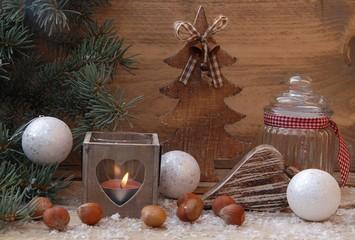 Weihnachtliche Holzdekoration im Kerzenschein