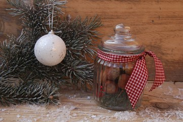 Weihnachtsdekoration im Glas mit Tannenzweig
