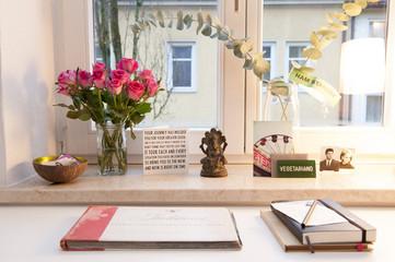 Rosen auf Schreibtisch am Fenster