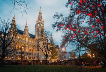 Keuken foto achterwand Wenen City Hall (Rathaus) in Vienna with Christmas market, Austria