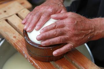 manos de pastor haciendo queso país vasco 0099f