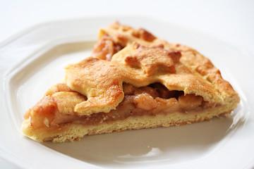 fetta di crostata di mele su piatto_ sfondo bianco