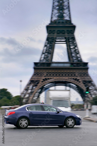 taxi in paris am eifelturm photo libre de droits sur la banque d 39 images image. Black Bedroom Furniture Sets. Home Design Ideas