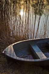 Barca di pescatore lungo riva del fiume