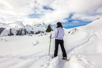Ragazza guarda panorama in montagna