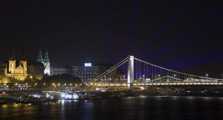 Fototapete - Elizabeth bridge with laser rays on the evening sky in Budapest,