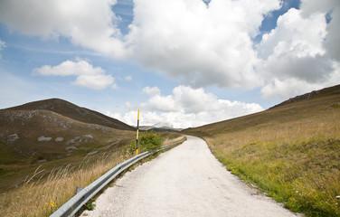 strada e vallata montagna italia