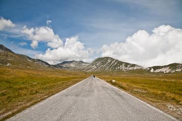 vallata e strada con moto   montagna italia
