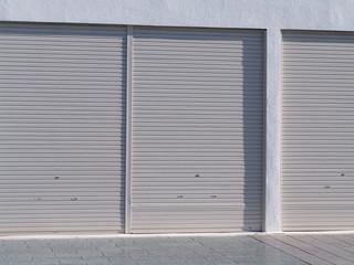 Wall Mural - シャッターが閉まった建物