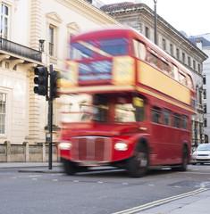 Fototapete - Red vintage bus in London.