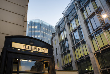 Fototapete - Phone cabine in City of London