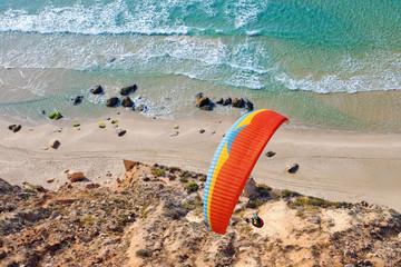 Foto auf AluDibond Luftsport Paraglider soaring over the seashore